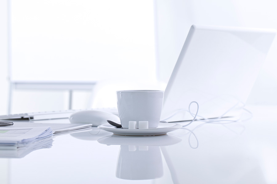 Białe biurko z komputerem do pracy