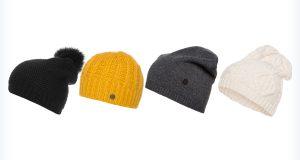 Modne czapki do fioletowej kurtki