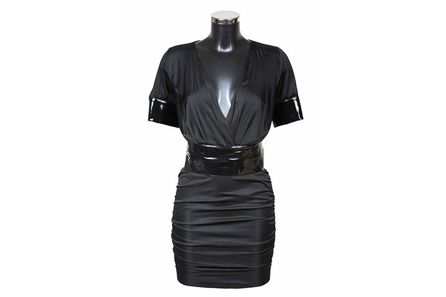 Czarna sukienka mini na manekinie