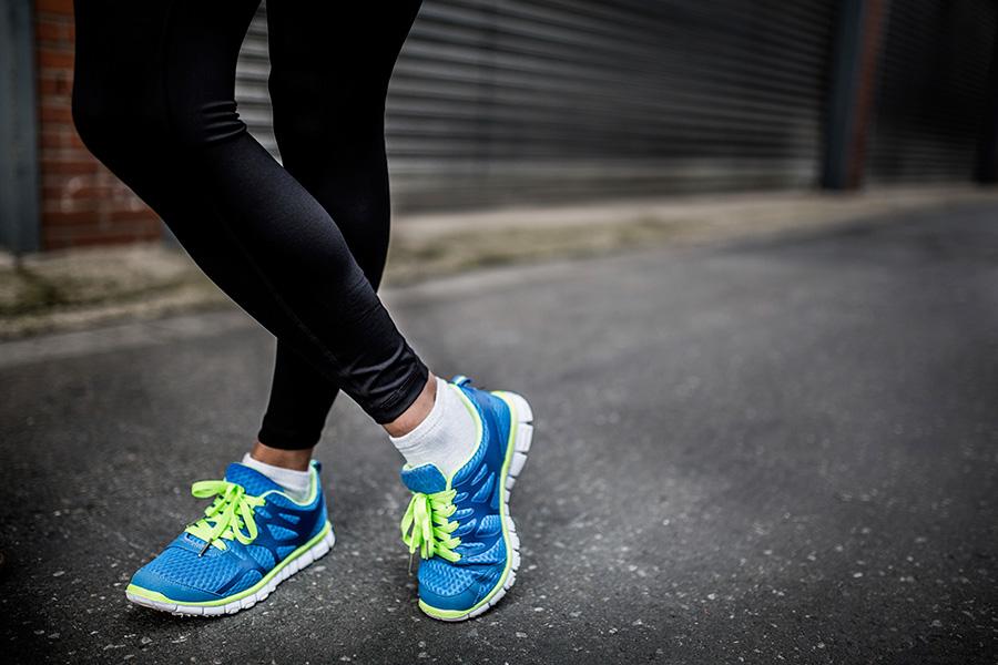 Czarne legginsy i niebieskie sportowe buty