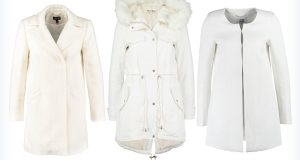 Trzy damskie białe płaszcze