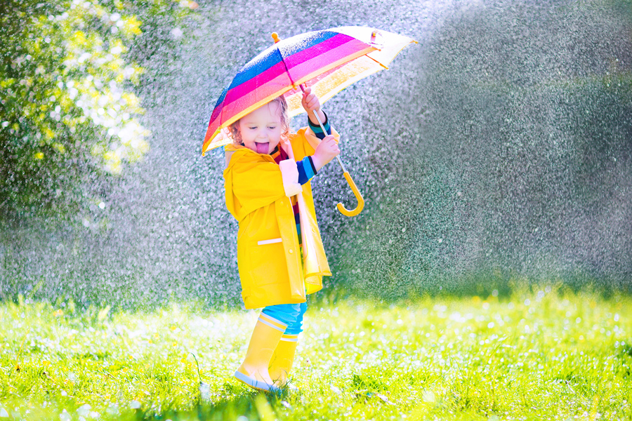 Dziecko z parasolem podczas deszczu