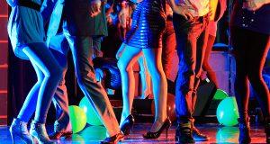 Tańczące pary w trakcie imprezy