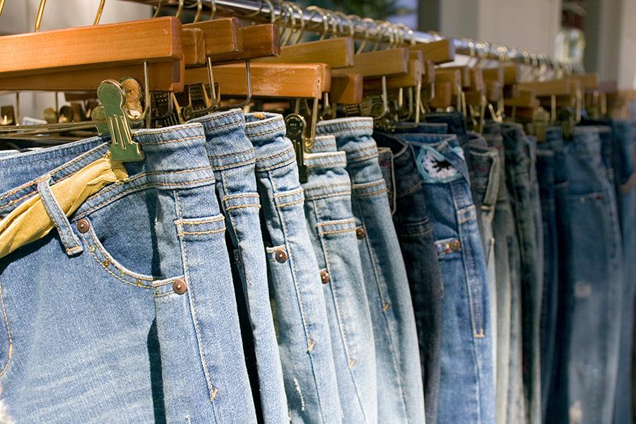 Spodnie jeansowe na wieszakach w sklepie