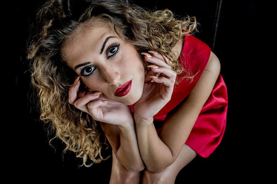 Młoda kobieta w krótkiej czerwonej sukience