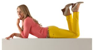 Młoda kobieta ubrana w żółte spodnie