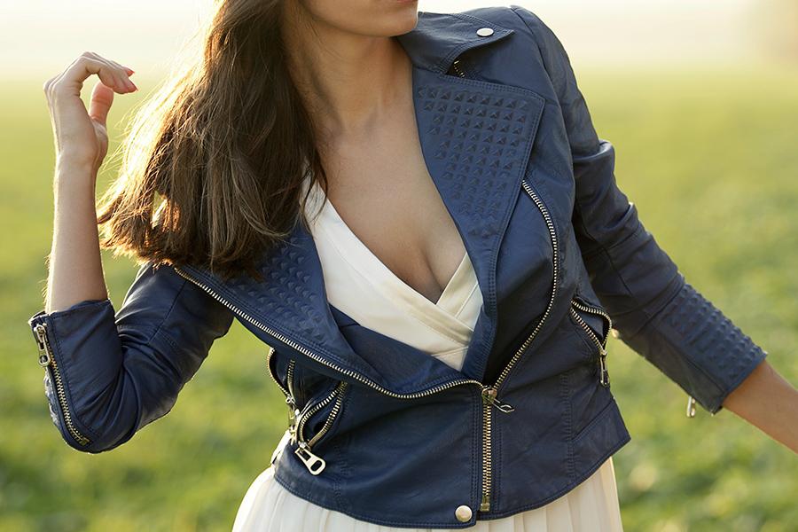Kobieta ubrana w niebieską kurtka na wiosnę