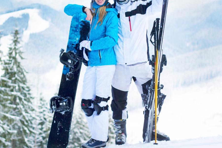 Mężczyzna i kobieta ubrani w kurtki snowbordowe