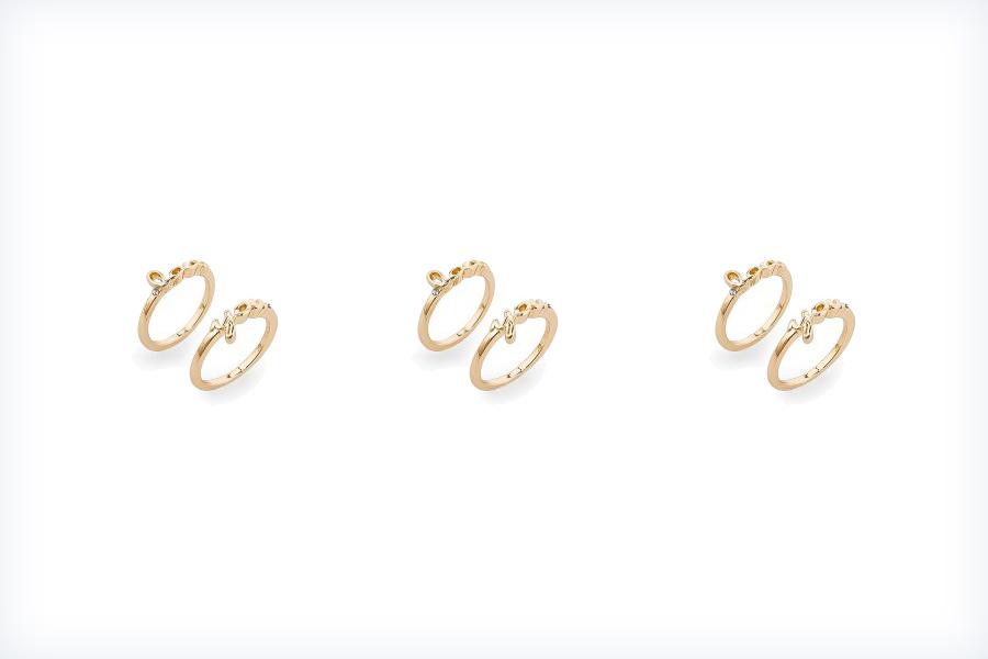 Dwa złote pierścionki zaręczynowe