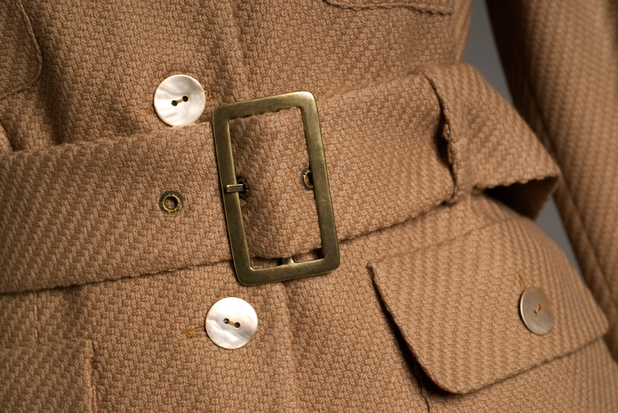 Brązowy płaszcz z paskiem i guzikami