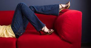 Kobieta w spodniach z rozszerzanymi nogawkami