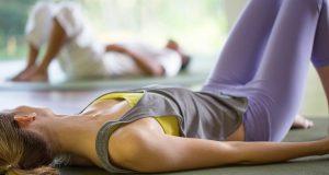 Kobieta w stretchowych legginsach