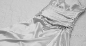 Sukienka z satyny na wesele