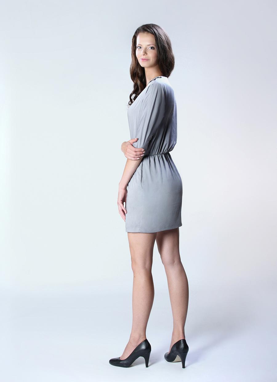 Szafiarka w szarej sukience