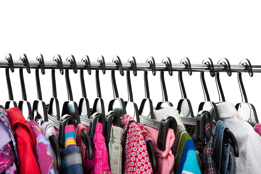 Zdjęcie z kolorowymi ubraniami zawieszonymi na wieszakach